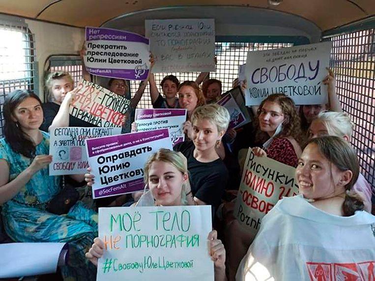 Demonstrantes in een politiebusje in Moskou nadat ze op 27 juni werden opgepakt tijdens een betoging tegen de vervolging van Yulia Tsvetkova.