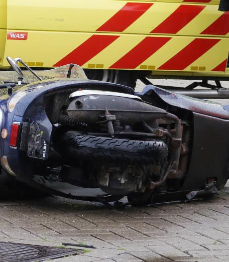 Aanrijding tussen scooter en auto in Breda, scooterrijder gewond