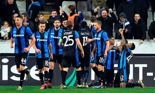 Stefano Denswil (tweede van rechts) viert zijn gelijkmaker tegen Salzburg.