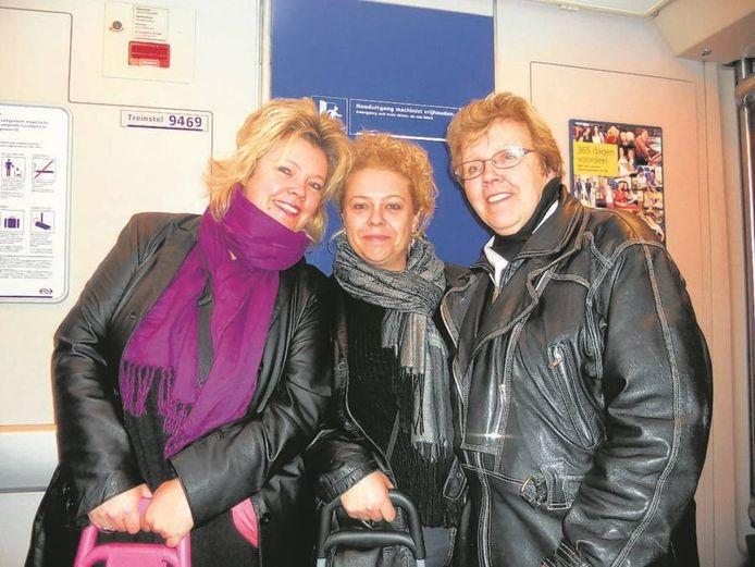 Diny Siebbeles (rechts) maakte eind 2011 voor het laatst een treintripje met haar dochters Esther (links) en Monique