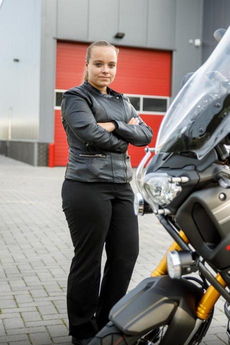 'Te kleine' Naomi toch nog geslaagd voor motor-examen