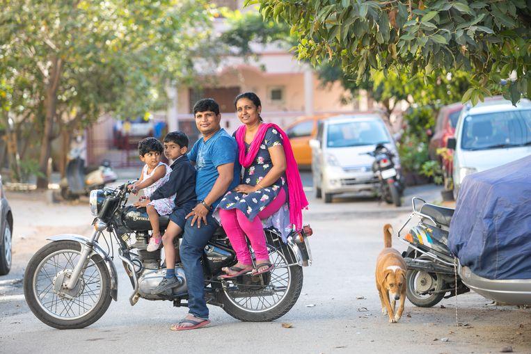 Pradeep Kumar Kalariyil en zijn vrouw Sowmya met dochter Athanya en zoon Arjun. Beeld SELVAPRAKASH LAKSHMANAN
