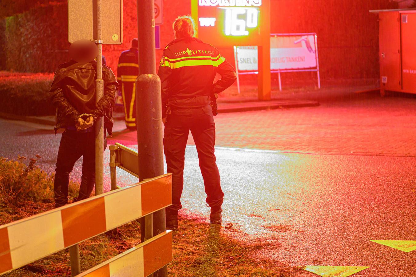 Een man werd met handboeien vastgebonden aan de paal van een verkeersbord.