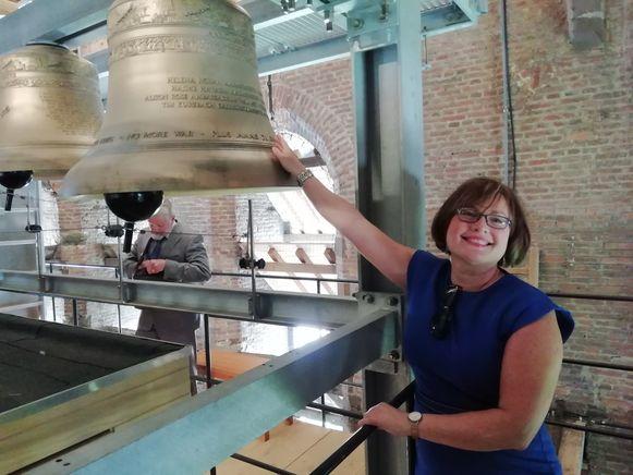 Ambassadeur Helena Nolan bij de klok die haar naam draagt.