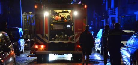 Brand in woning in Breda: veel bluswagens in straat