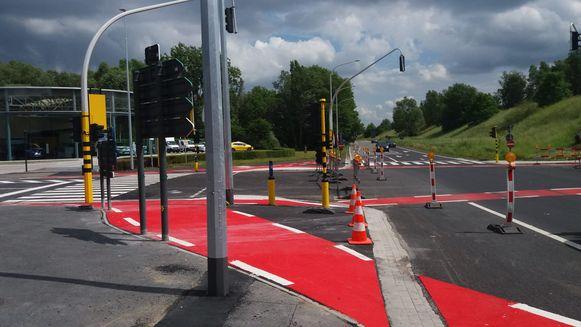 Het kruispunt van de N50 met de R8, op de grens van Kuurne met Kortrijk, gaat vrijdagmiddag terug open voor alle verkeer.