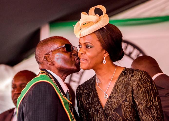 Grace Mugabe wordt gekust door haar man Robert in betere tijden, april 2017.