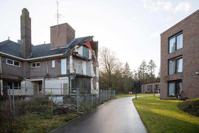 Het voormalig klooster in Lage Vuursche staat er al meer dan een jaar vervallen bij. Rechts het verpleeghuis Sint Elisabeth.