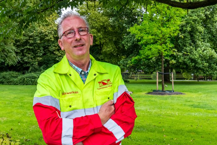Frank van den Brink - Senior boomtechnisch adviseur - Gemeente Utrecht met op de achtergrond de klimaatbestendig pecannoot.