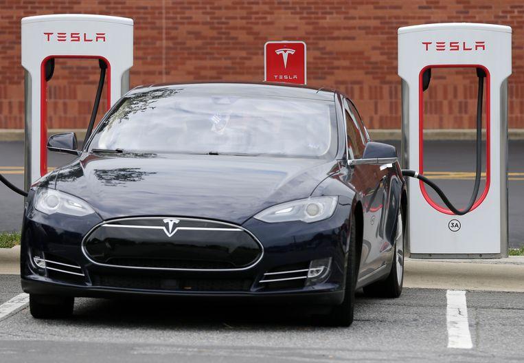 Deze Tesla Model 3 kost momenteel ruim 55 duizend euro, maar de verwachting is dat de prijzen van elektrische auto's de komende jaren rap gaan dalen.  Beeld AP