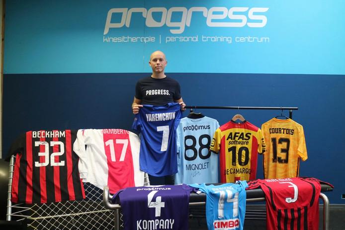 Ward met enkele van de gesigneerde voetbaltruitjes in Progress, de plek waar hij personal trainingen geeft.