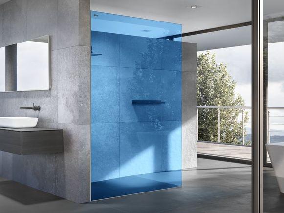 Naast zwart winnen ook flashy kleuren aan populariteit. Daarmee creëer je dynamiek in je badkamer. Ook pastelkleuren zijn in.