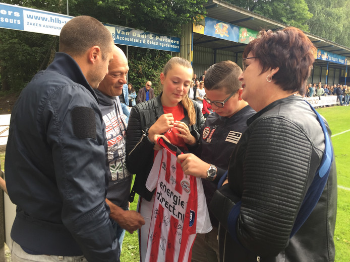 Oud-voetballer Danny Koevermans overhandigt een PSV-shirt aan de vader, zus, broer en moeder van Jurre Janssen.