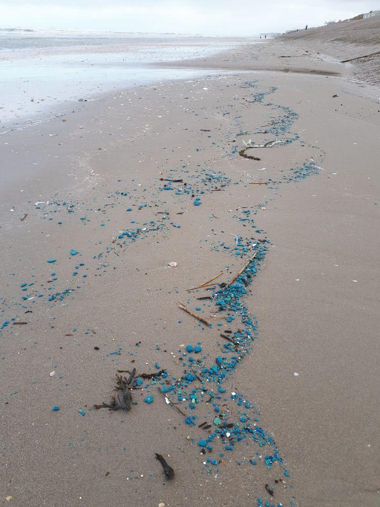 De blauwe smurrie ligt in grote hoeveelheden over de stranden in de westkust.