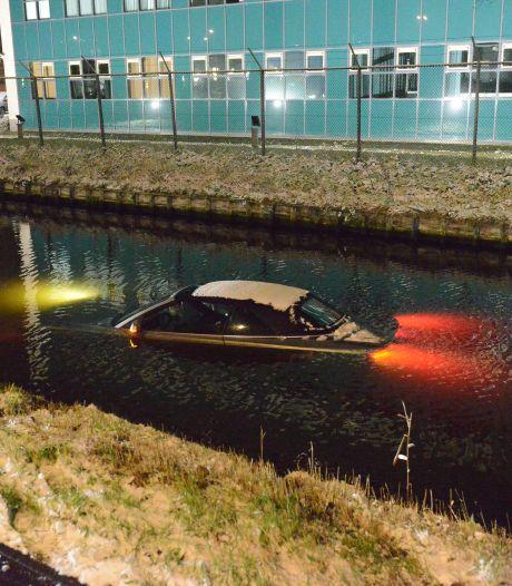 Automobilist glijdt uit de bocht en duikt het water in