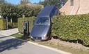Deze wagen belandde in een heg in de Kanunnik Ullenslaan in Halle-Zoersel.