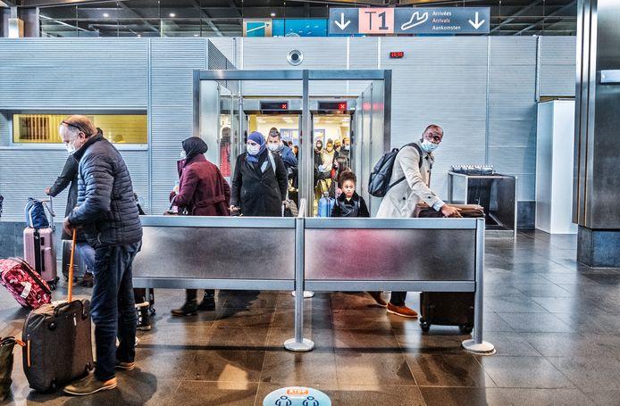 Reizigers komen aan in de hal van de luchthaven van Charleroi.