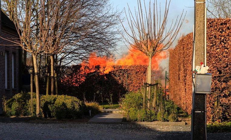 Een beeld, genomen net voor de brandweer arriveerde. De vlammen sloegen metershoog uit.