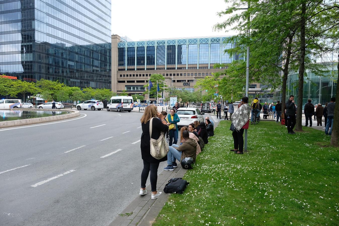 Reizigers wachten af voor het Noordstation.