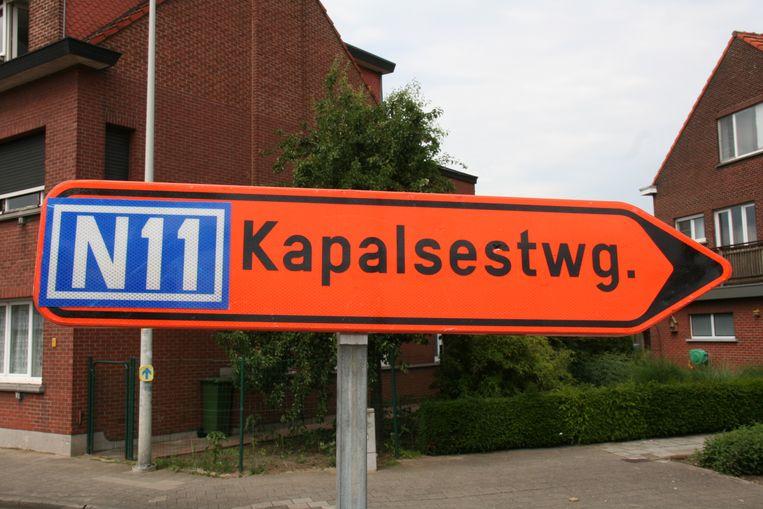 De omleidingsborden verwijzen naar de Kapalsesteenweg