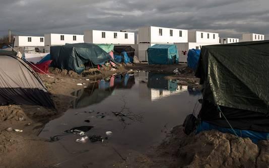 Onlangs geplaatste containerwoningen in Calais bieden sommige bewoners van het kamp meer bescherming tegen ziektes.