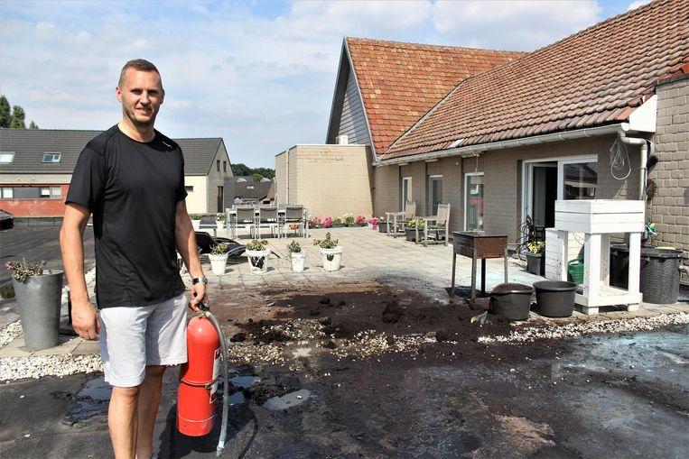 Buurman Guy Schepers kon het dak al blussen voor de brandweer er was.