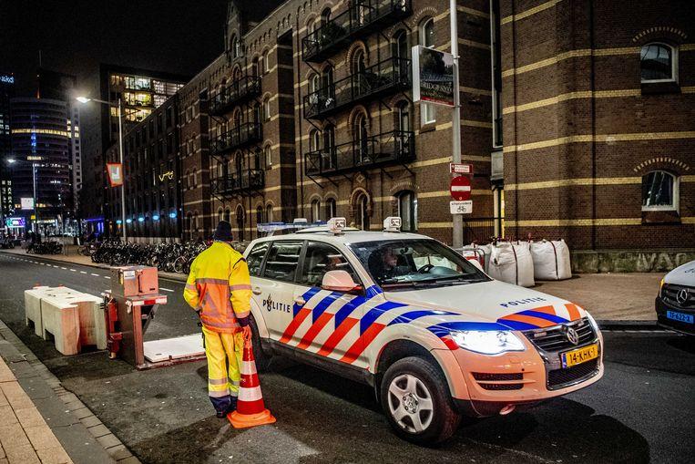 Blokkades in de omgeving van de Erasmusbrug in Rotterdam op oudejaarsavond voorafgaand aan het Nationale Vuurwerk.