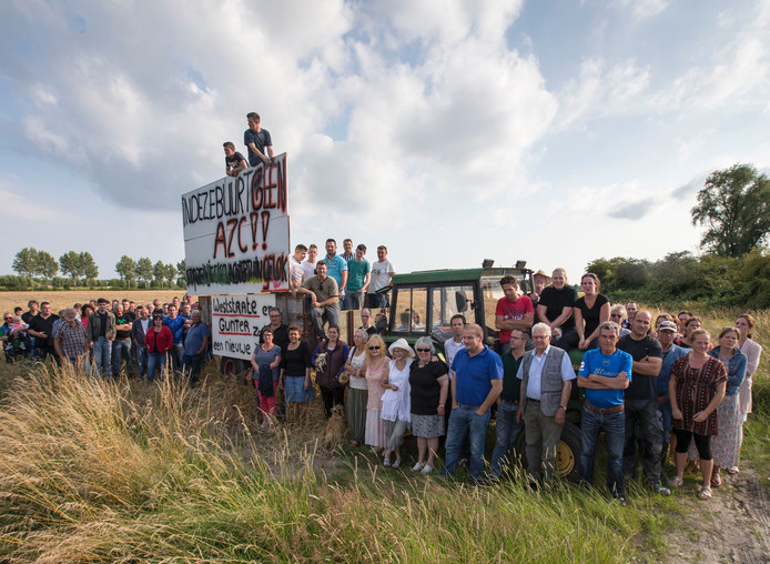 Verontruste buurtbewoners verzetten zich tegen de komst van een azc aan de Polderweg bij 's-Gravenpolder.
