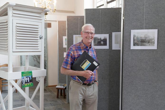 Henk Mulder van het Comité Herdenking Warmterecord Warnsveld bij de expositie in de Martinuskerk.