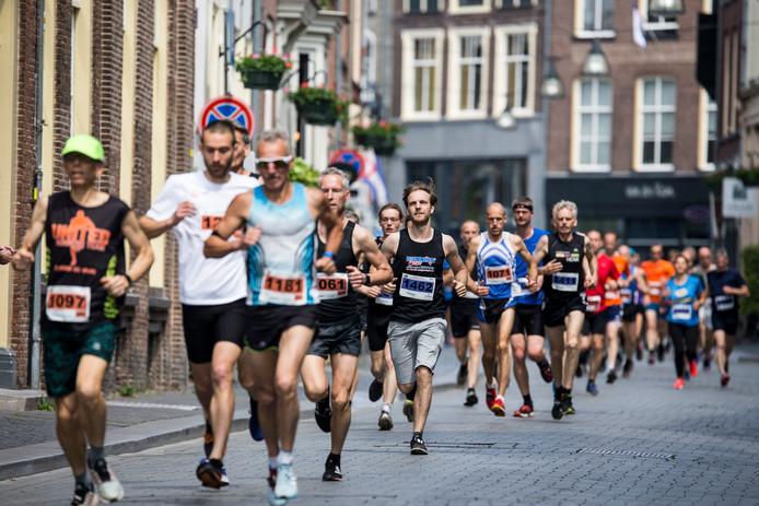 Het was voor de deelnemers aan de vijftigste editie van de Hanzeloop Zutphen zondag af en toe flink doorbijten.  Het relatief warme weer speelde menige loper parten.