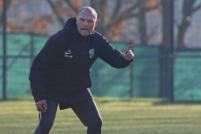 Joseph Oosting op zijn eerste training als coach van Vitesse.