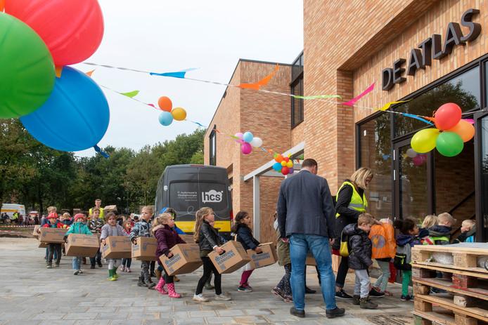 Kinderen van De Atlas betreden hun nieuwe onderkomen aan de Hogenkampseweg.
