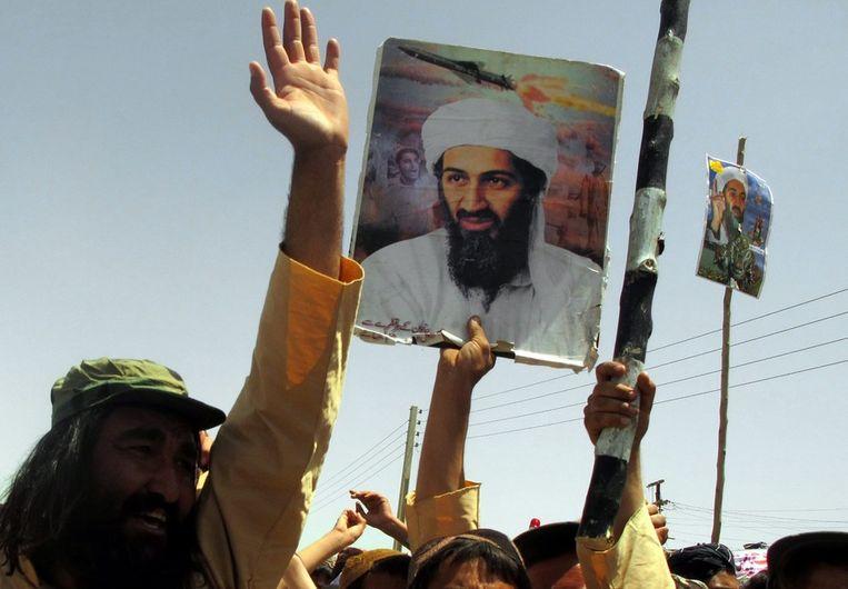 Protesten in Pakistan, waarbij het portret van Osama wordt meegedragen. Beeld ANP