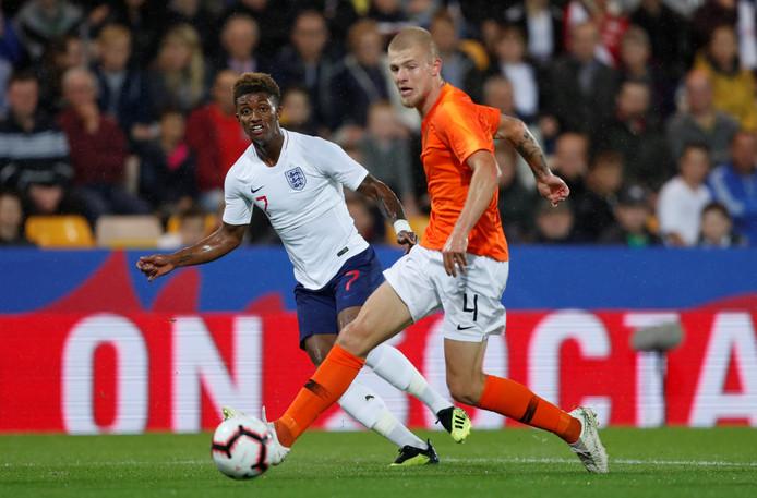 Rick van Drongelen namens Jong Oranje in actie tegen Jong Engeland.