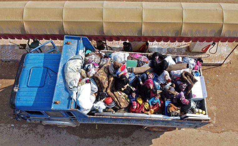 Syrische kinderen ontvluchten in de laadruimte van een truck de provincie Idlib.  Beeld AFP