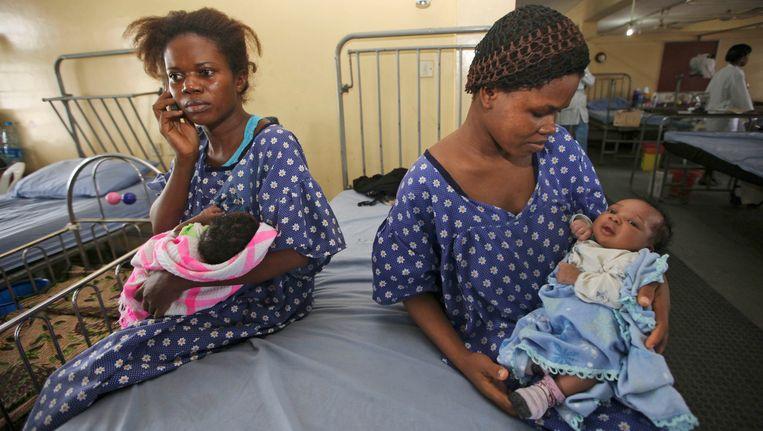 Twee Nigeriaanse moeders met hun pasgeboren baby's in een kraamkliniek in Lagos. Beeld ap