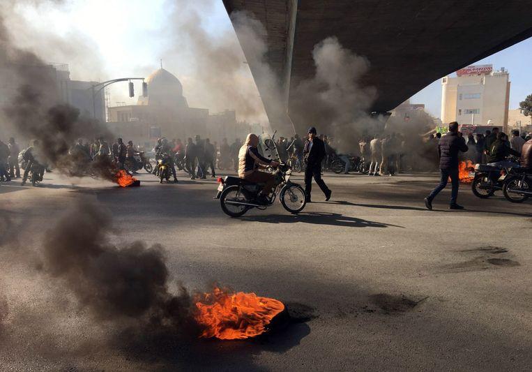 De mannen werden opgepakt tijdens grootschalige protesten in Iran vorig jaar, zoals hier in Teheran, die uitbraken na een prijsverhoging van brandstof.  Beeld EPA