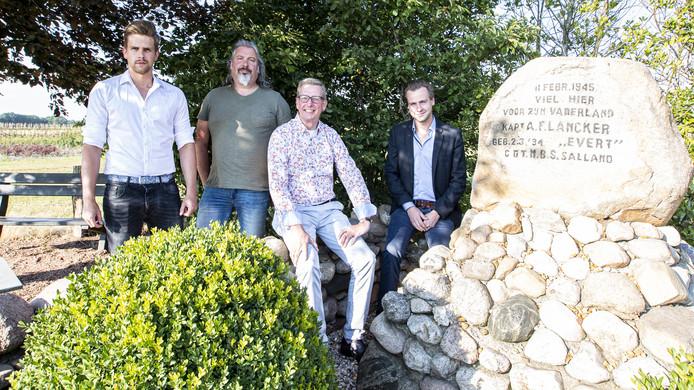 Steven Kamphuis, Nico Boot, Wim Bremmer en Remco Wanschers (vanaf links) bij het monument voor de in de oorlog omgekomen Evert Lancker.