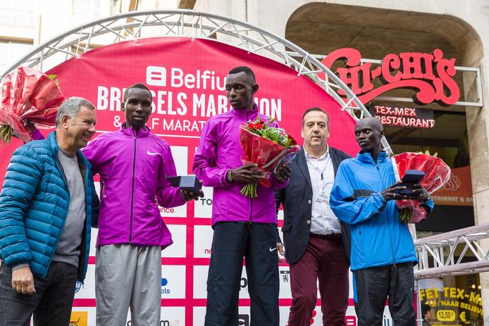 Felix Kirwa (links op het podium).