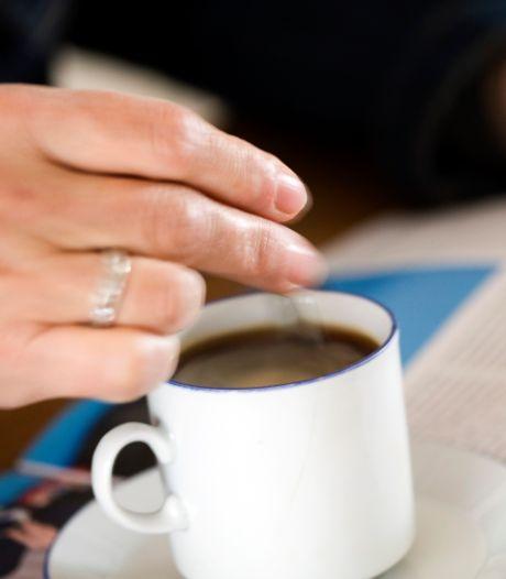 Koffie drinken en een goed gesprek: gewoon op klapstoeltjes voor de voordeur in 's-Gravendeel