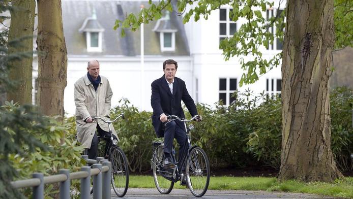 Premier Mark Rutte en VVD-onderhandelaar Stef Blok bij het Catshuis.