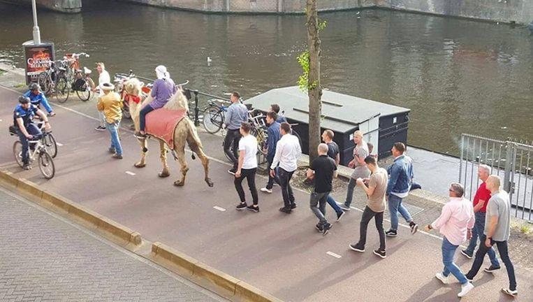 'De parade' met kameel in de binnenstad Beeld Ernstjan van Doorn