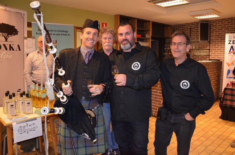 Enkele leden van TVOZ met een doedelzakspeler tijdens het eerste 'Whisky-, Rum- en Gin Festival' in Welle.