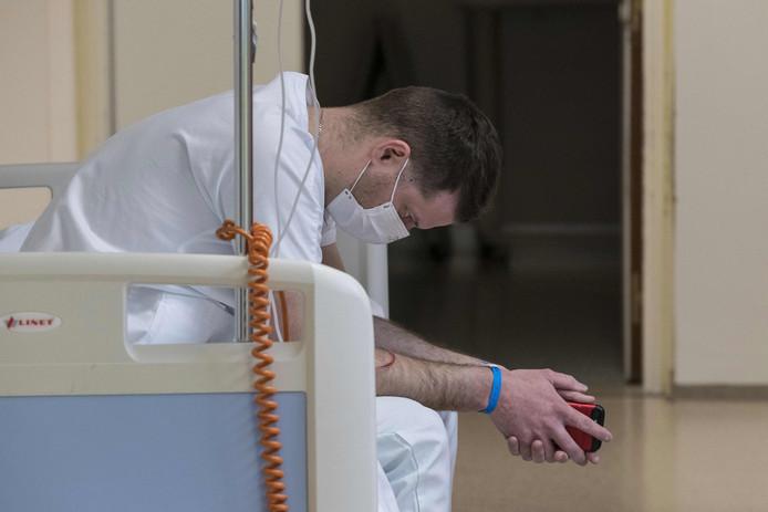 Un médecin prend une pause dans un hôpital de Colmar, dans l'est de la France.