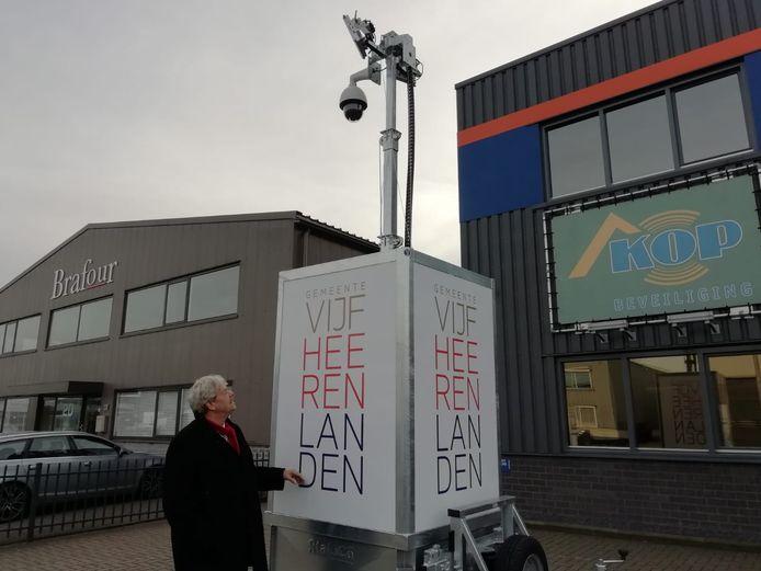 Burgemeester Tjerk Bruinsma bij de mobiele camera die nu in Vijfheerenlanden staat.