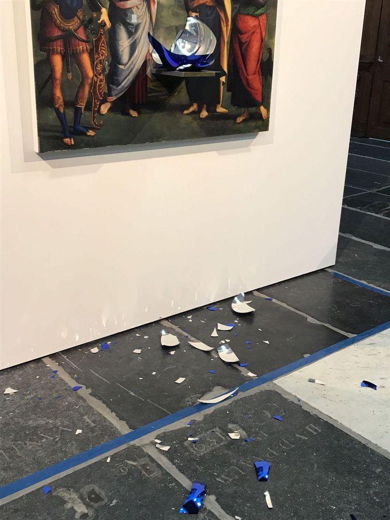 Blauwglazen scherven op de vloer van de Nieuwe Kerk. Beeld Jantje Fleischhut