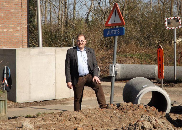De burgemeester bij de werken in de Legastraat, op de plaats waar de buurtparking met fietspad is voorzien.