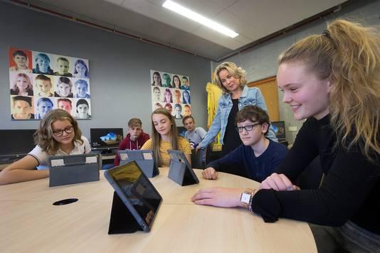 Op het Isala College in Silvolde werken leerlingen sinds dit schooljaar met een flexrooster. Op de foto van links naar rechts: Koos Hek, Gilles Oortgiesen, Lot Scheuter, Dante van Hasselt, locatiedirecteur Mascha Schnitzler, Thijs Messing en Julia Kiefmann.