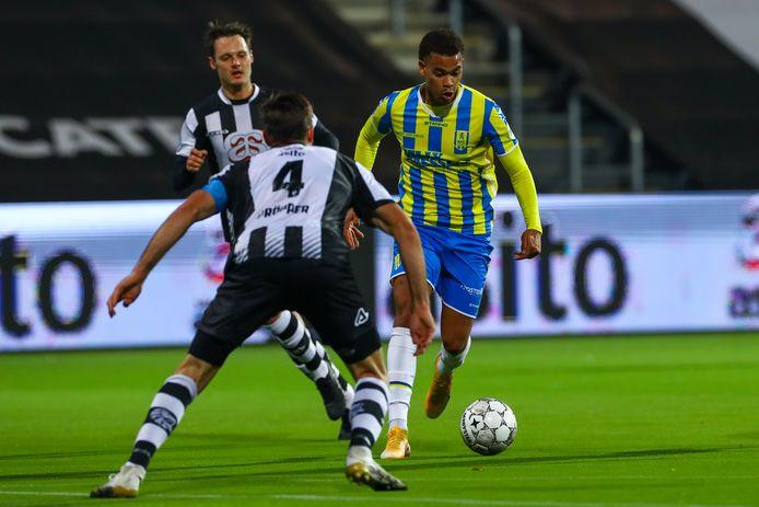 Cyril Ngonge probeert Robin Pröpper te passeren in de wedstrijd tegen Heracles.