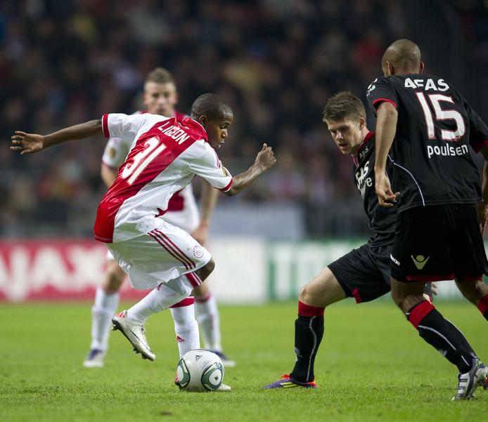 Ruben Ligeon van Ajax (L) in duel met Simon Poulsen en Johann Gudmundsson (M) van AZ. ©ANP